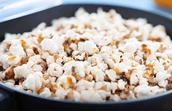 爆米花搭配香脆培根、辣椒粉和蜂蜜