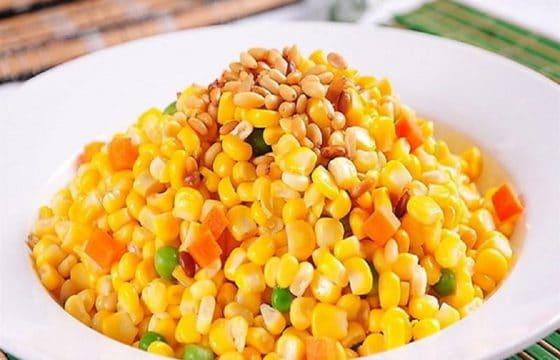 橄榄油制作美味的松仁玉米