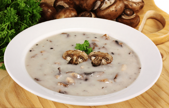 意式橄榄油搭配美味的奶油蘑菇汤