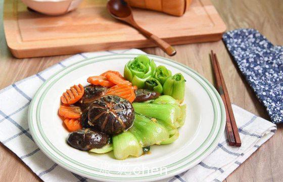 盛开在餐桌上的油菜花