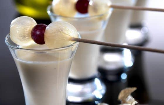 香醇甜点:杏仁,奶油配橄榄油精华杯