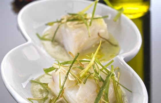 鳕鱼配波鲁萨达羹和香脆青蒜